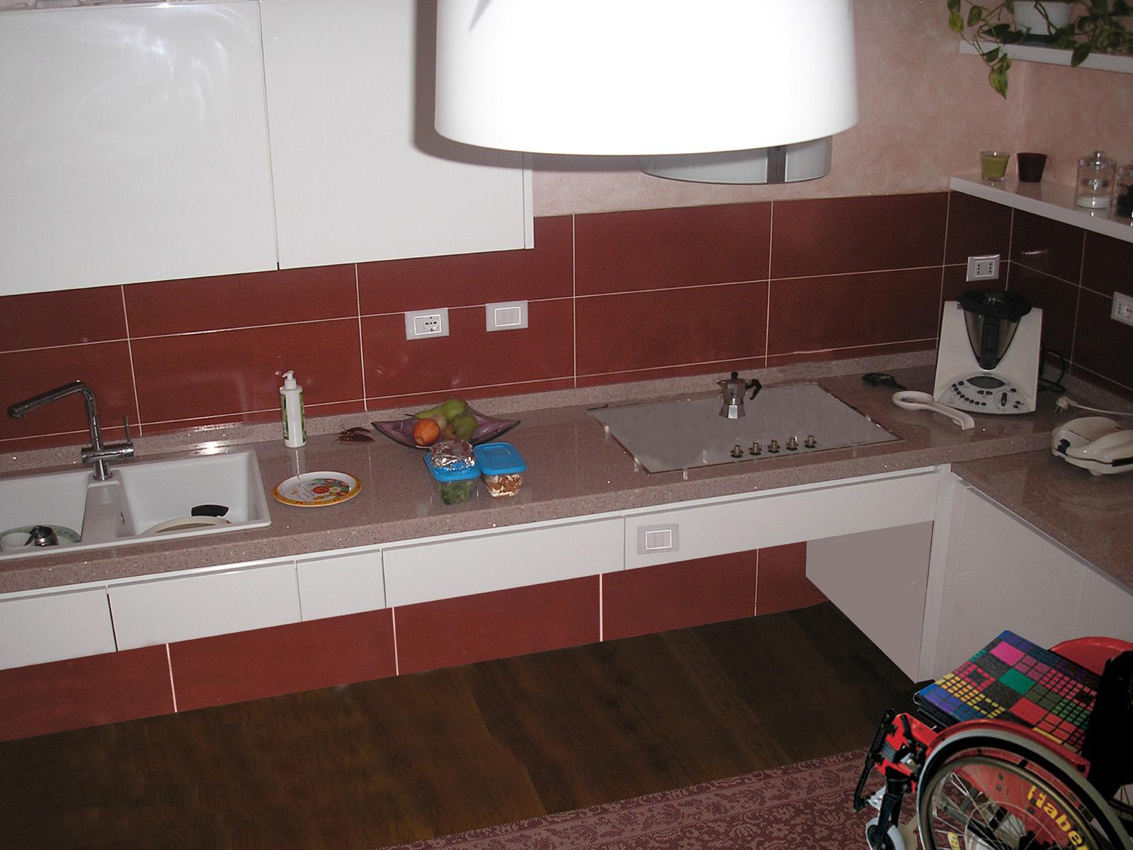 Arredi per disabile, cucina con top ribassato accessibile per carozzina- Farolfi Arredamenti