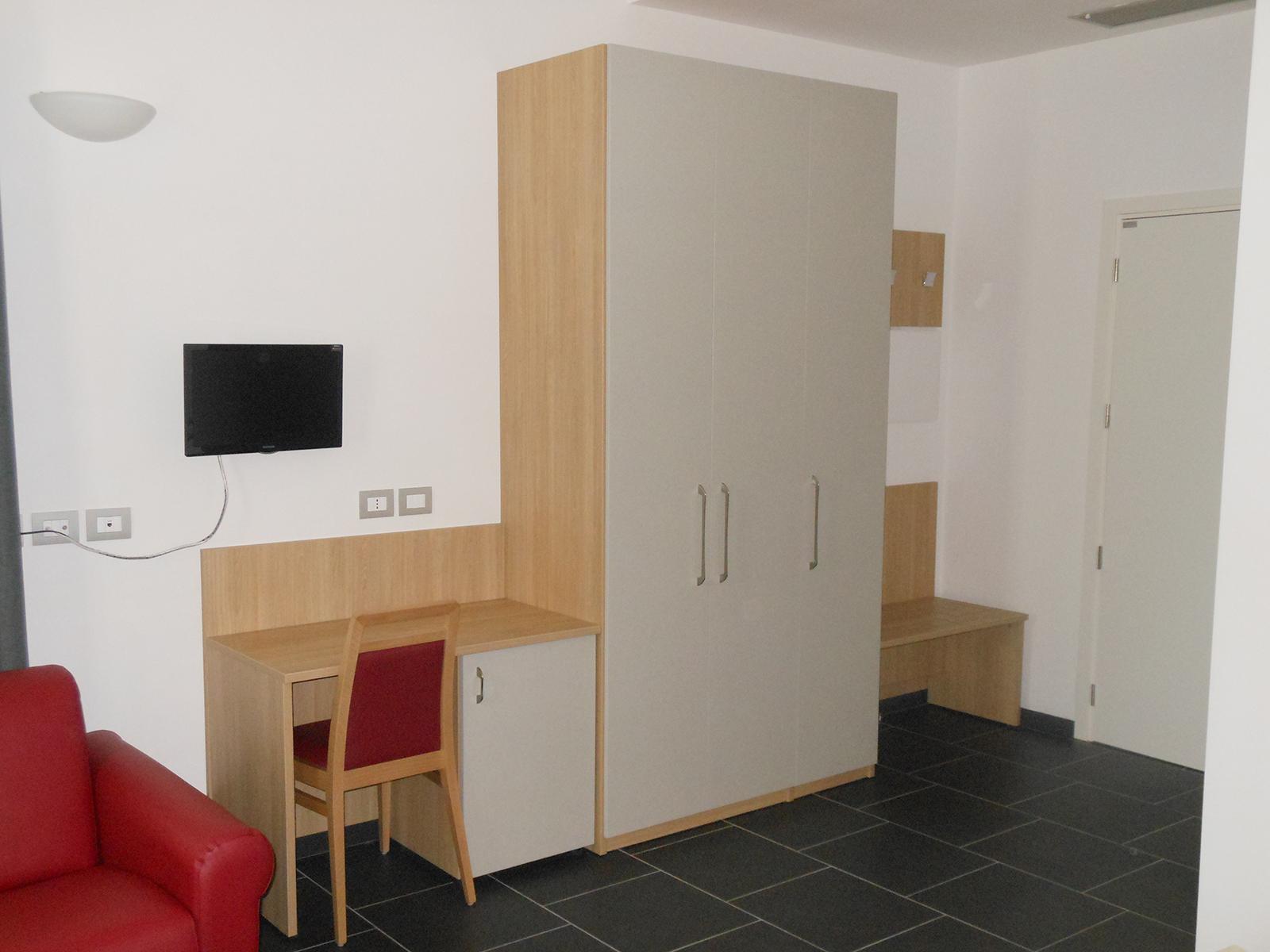 Arredi per alberghi, armadio e scrittoio con frigor-bar, Casa S.Giuseppe Meldola – Farolfi Arredamenti