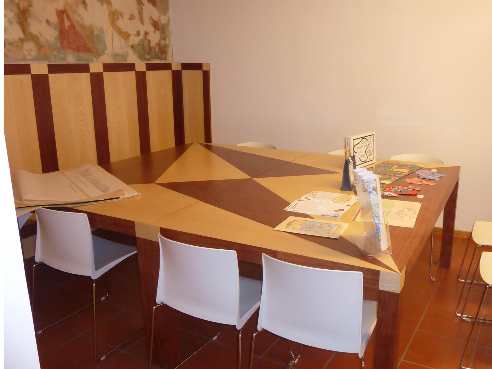 Arredi su misura Forlì Cesena, tavolo intarsiato museo di Forlimpopoli –Farolfi Arredamenti