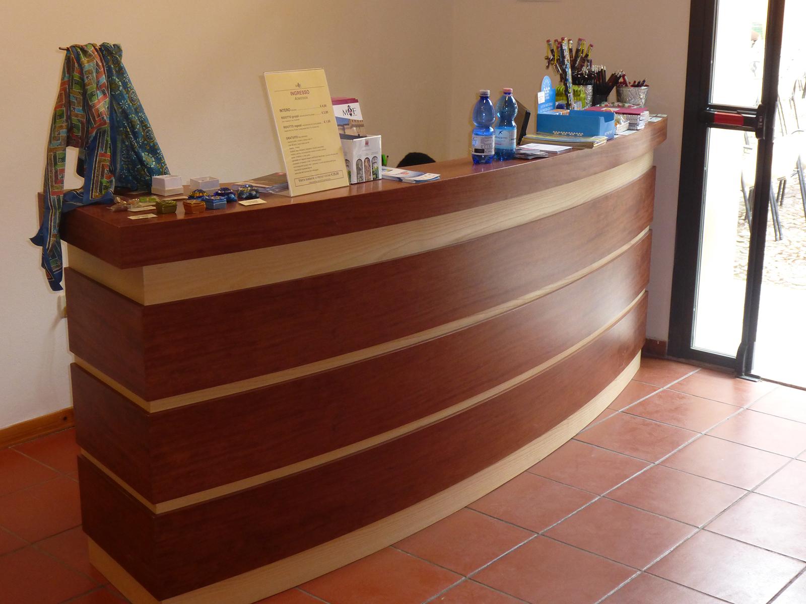 Arredi su misura Forlì Cesena, banco ingresso museo di Forlimpopoli –Farolfi Arredamenti